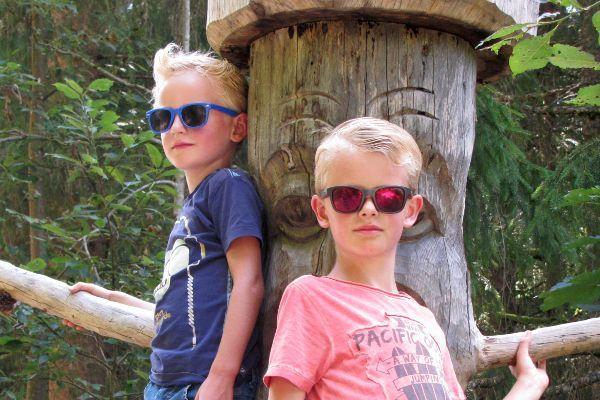 95441a236f91e9 Een goede zonnebril voor je kind is ontzettend belangrijk. Kinderogen zijn  namelijk extra kwetsbaar voor Uv-straling. Dit komt omdat de pupillen van  een ...