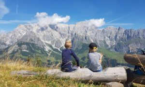Familiewandeling naar de top in Mühlbach am Hochkönig