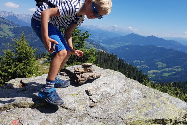 muhlbach zomer, verzamelen van stenen op de microvezel handdoek
