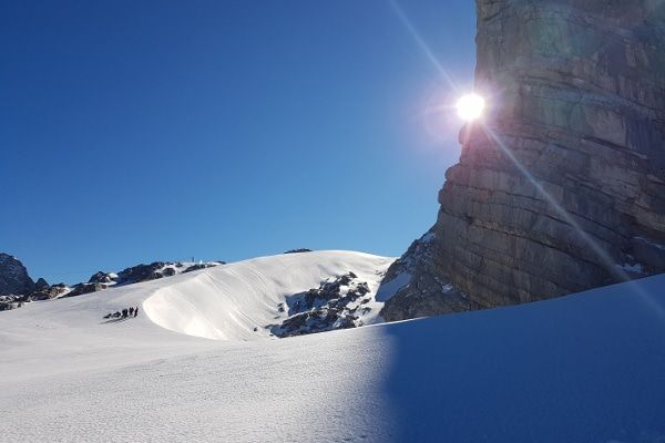 wandelen op de dachstein gletsjer, alpinisten op de gletsjer