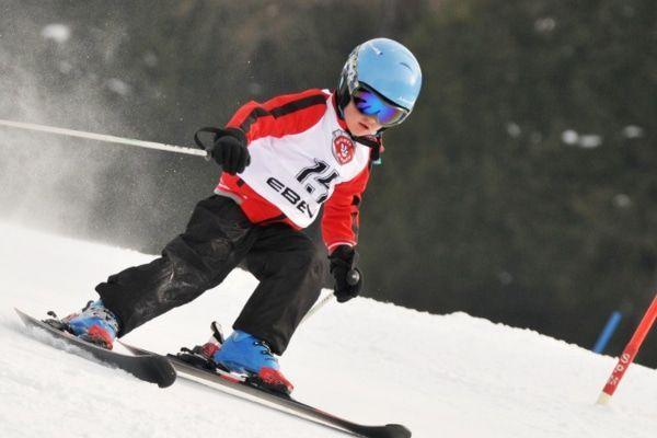 kind skiet skiwedstrijd in Oostenrijk