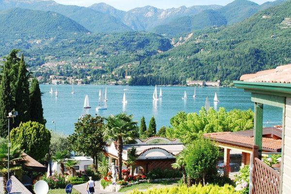 Uitzicht vanuit de stacaravan op Lago di Garda
