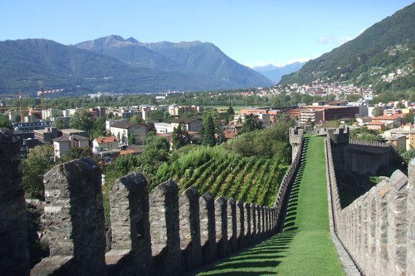 Maak een wandeling over de kasteelmuur in Bellinzona.