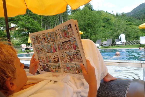 Afkoelen en ontspannen bij het zwembad