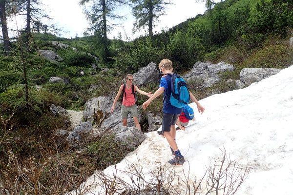 Een sneeuwveld oversteken in Filzmoos