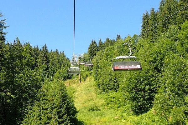 Skilift omhoog in de zomer.