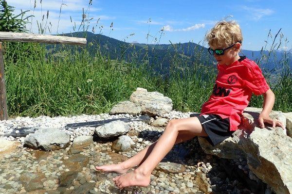 Verkoeling in het water bij het blotevoetenbad.