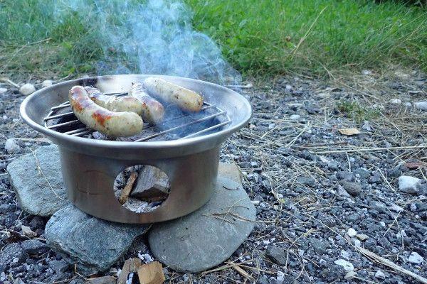 De Kelly Kettle is ook goed te gebruiken als kleine barbecue / gril