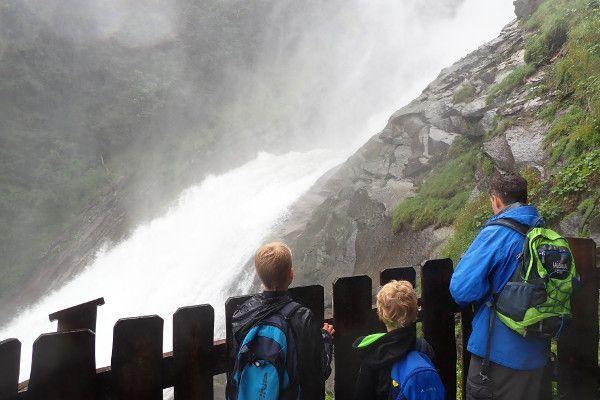 Bij de watervallen kan je behoorlijk nat worden.