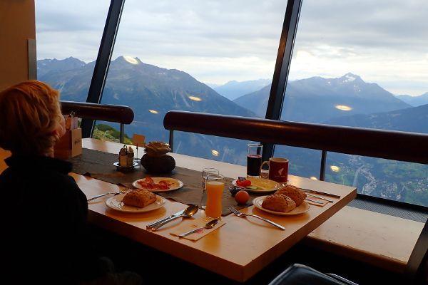 ontbijt en diner in het panorama restaurant
