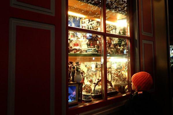 Een nostalgische winkel op de moderne kerstmarkt.