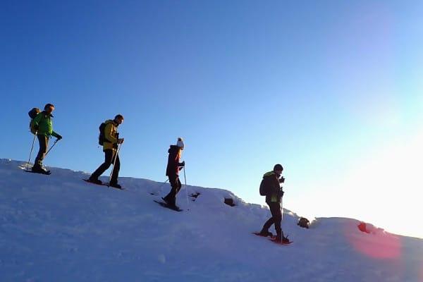 sneeuwscjhoenwandelen bij zonsondergang
