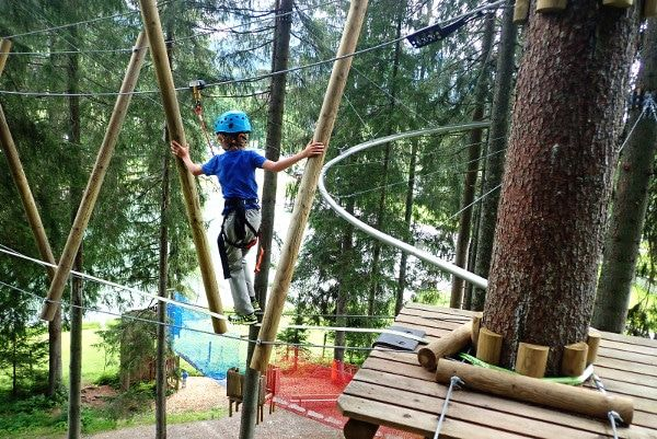 Evenwicht bewaren in het klimpark.