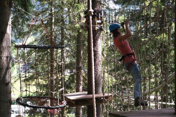 Een klimpark is een leuke sportieve uitdaging.