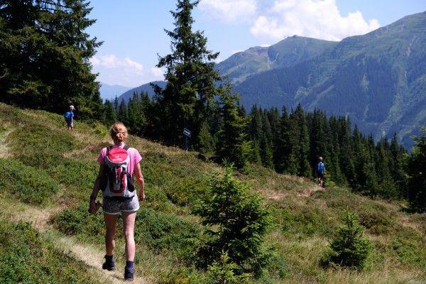 wandelen in de bergen. Rugzak, schoenen en mooi weer in Saalbach Hinterglemm.
