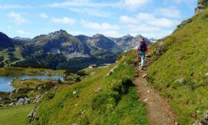 Wandelen en spelen tijdens de 3 meren familie wandeling in Obertauern